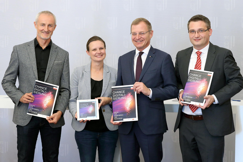 Vier Menschen mit Broschüre in der Hand