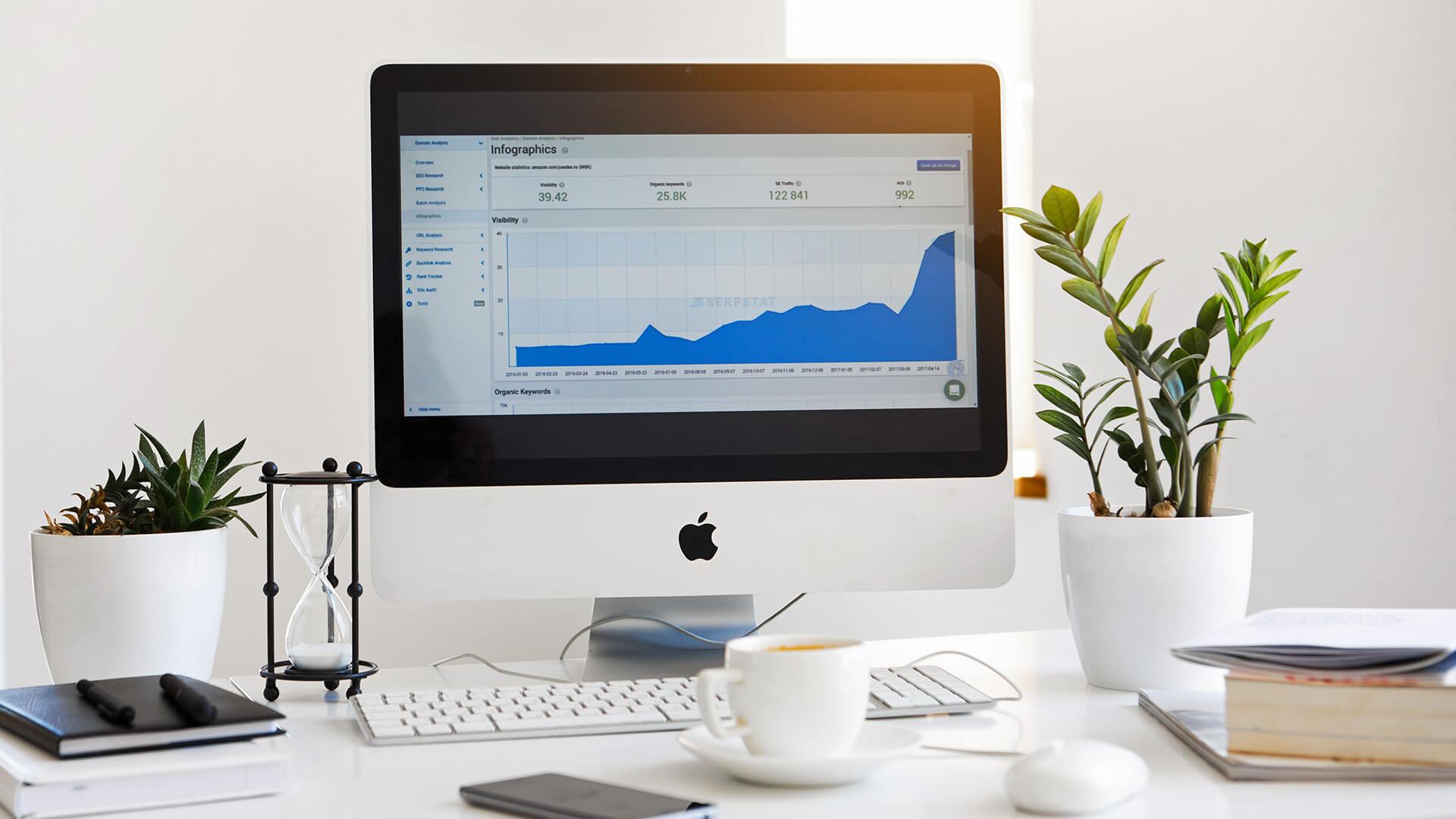 Schreibtisch mit PC Handy und Tasse