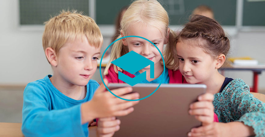Drei Kinder schauen in ein Tablet