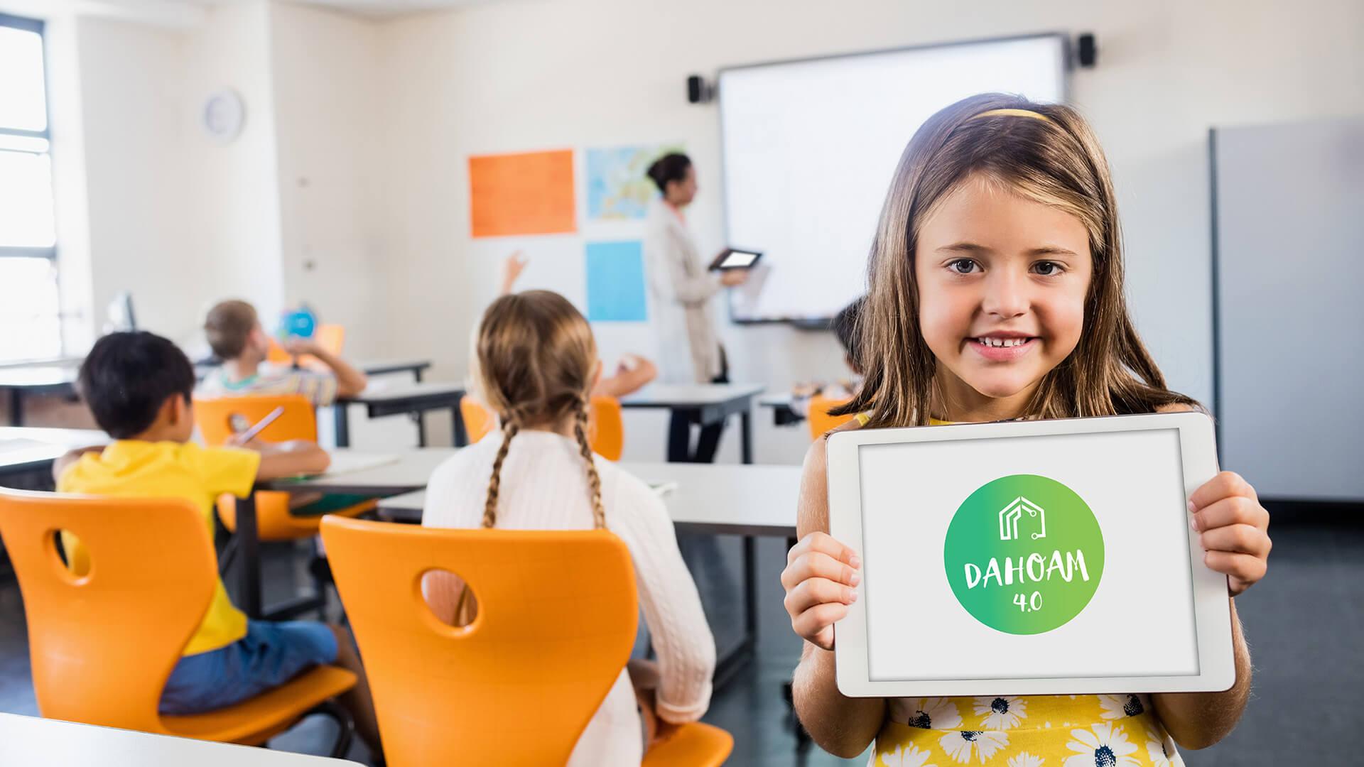 Kind in Schule zeigt Tablet