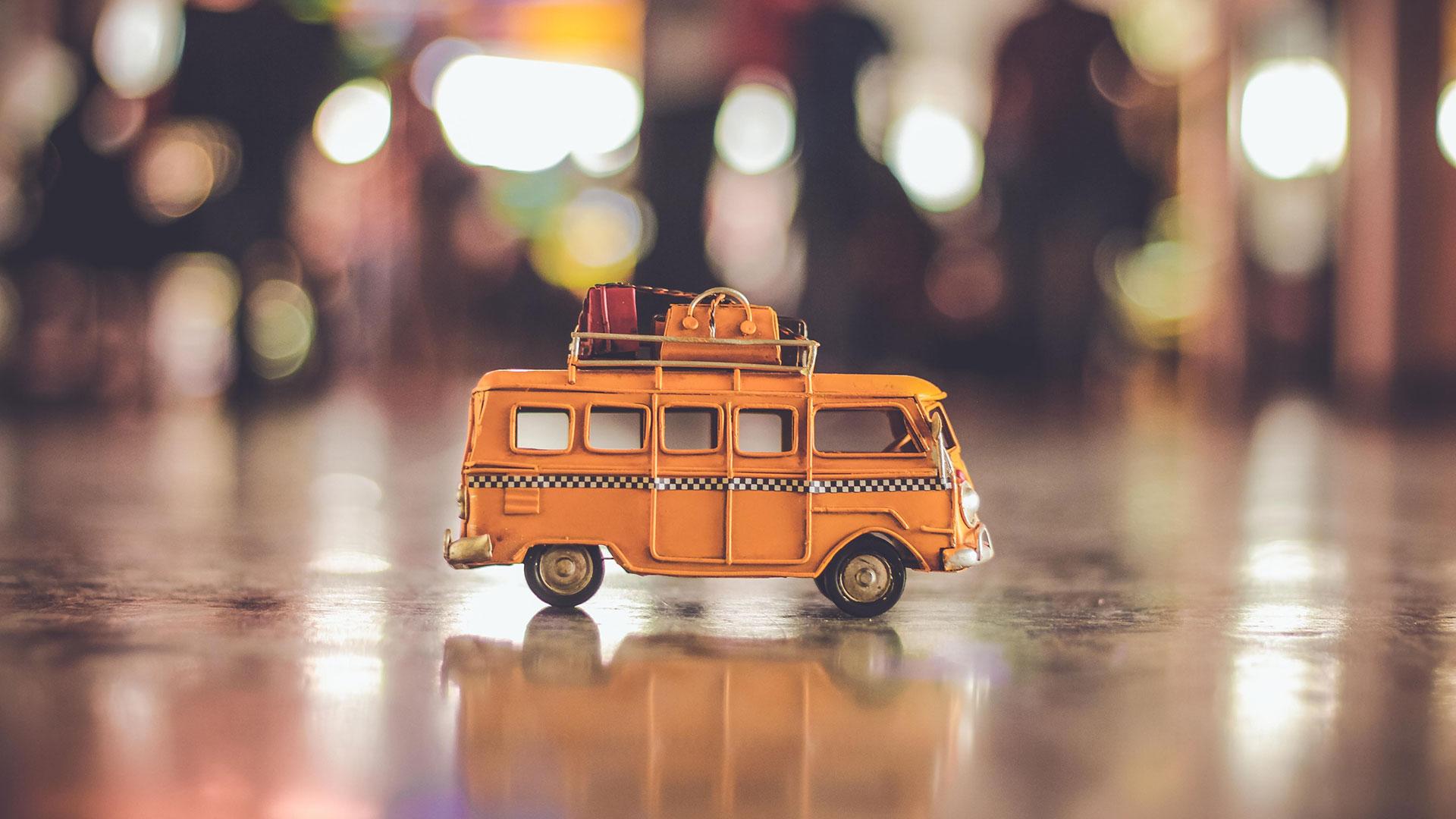 Modellbus mit Gepäck auf dem Dach